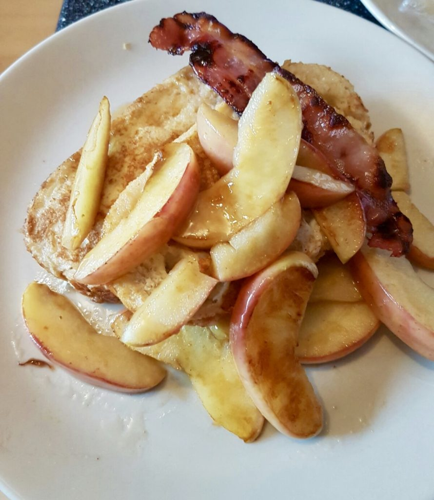 Eggy bread with apples